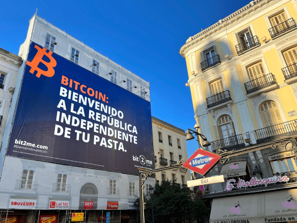 Foto de Bit2Me despliega un cartel en la Puerta del Sol de Madrid